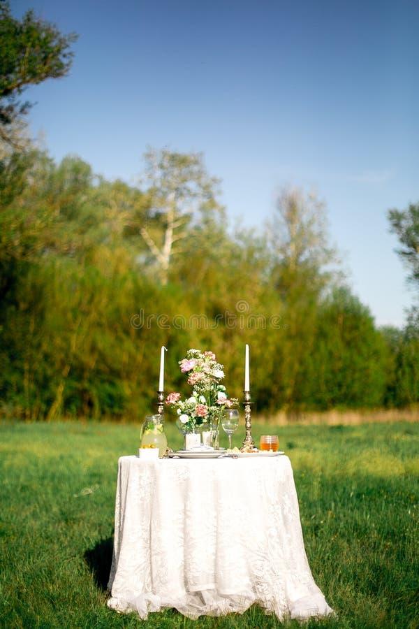在庭院里美妙地摆了两的一张欢乐桌子 免版税库存照片