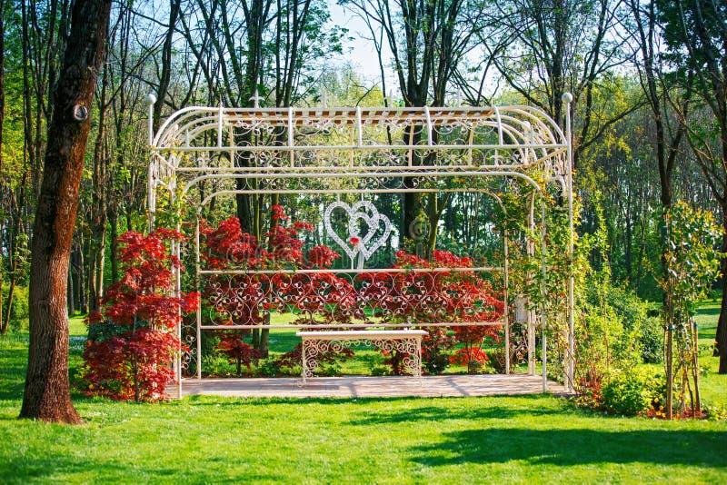 在庭院里装饰的婚礼曲拱 免版税库存图片