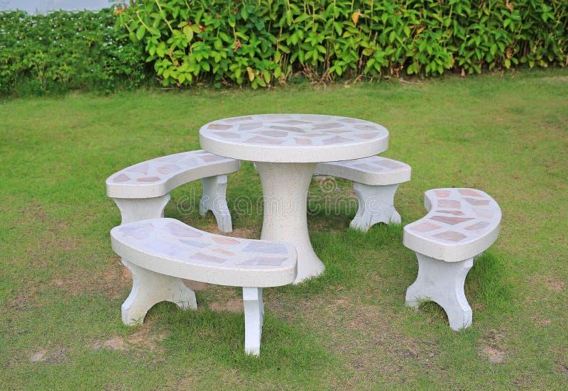在庭院里设置的白色大理石石长凳 免版税库存照片