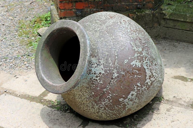 在庭院里隔绝的葡萄酒罐 免版税图库摄影