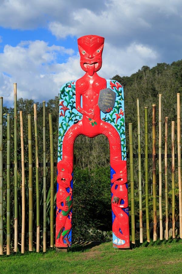 在庭院,新西兰边缘的一个五颜六色的毛利人门户 免版税库存图片
