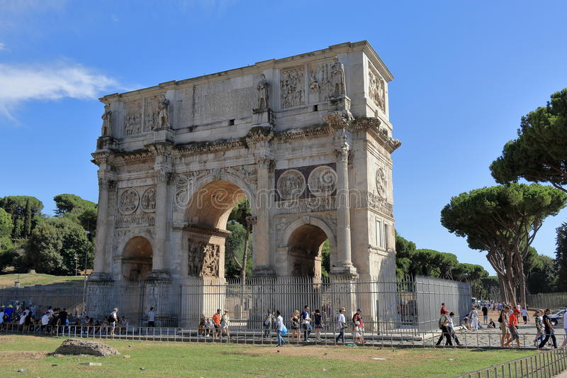 在康斯坦丁附近曲拱的游人在罗马 免版税库存图片