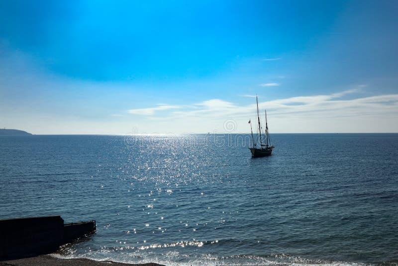 在康沃尔海湾的老大航行的Lugger船船锚 免版税库存图片