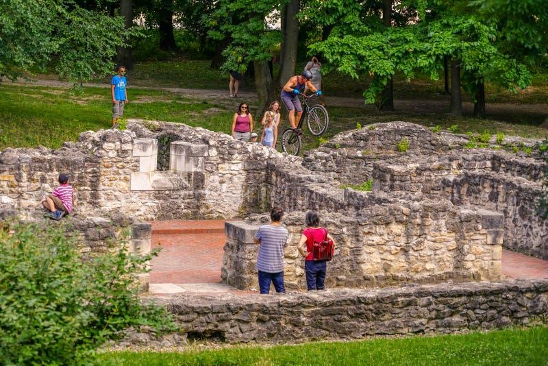 在延命菊海岛的参观的罗马废墟 免版税库存图片