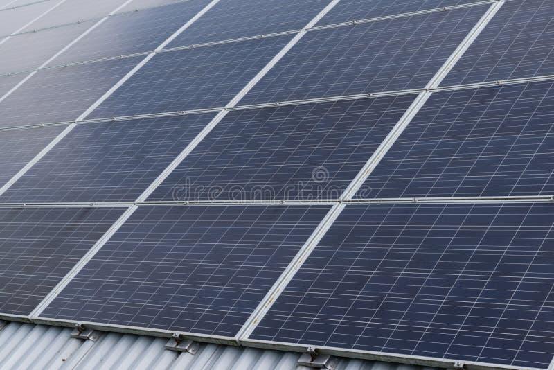 在建立光致电压的供选择的电来源的屋顶的太阳电池板列阵 库存图片