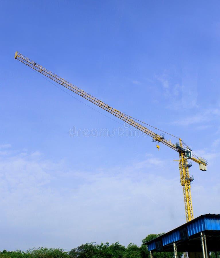 在建筑工地的一台大起重机 免版税库存图片