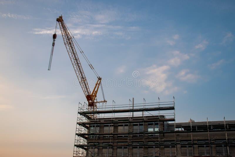 在建筑工地的建筑用起重机 免版税库存照片