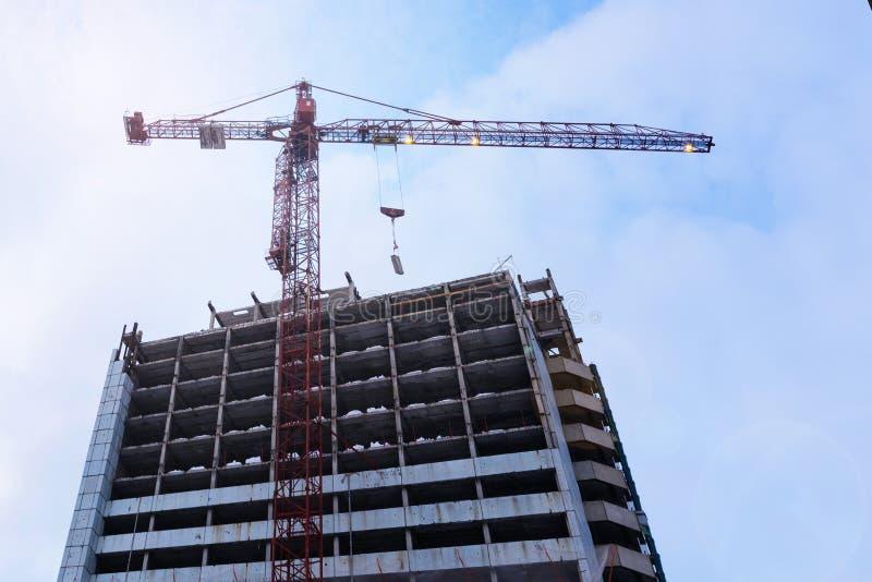 在建筑工地的黄色建筑用起重机 底视图 库存照片