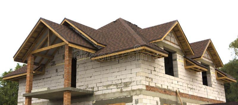 在建筑木曲拱屋顶过程中的村庄 下建筑屋顶 免版税图库摄影
