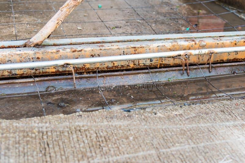 在建筑道路途中的铁丝网 免版税库存照片