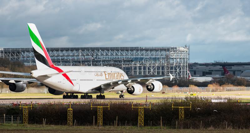 在建设中当前新的商业航空飞机棚前面的阿联酋国际航空A380空中客车出租汽车盖特威克的 免版税库存照片