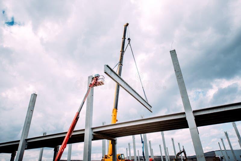 在建造场所抬头举的具体框架、shutterings和重的预制的具体组分 图库摄影