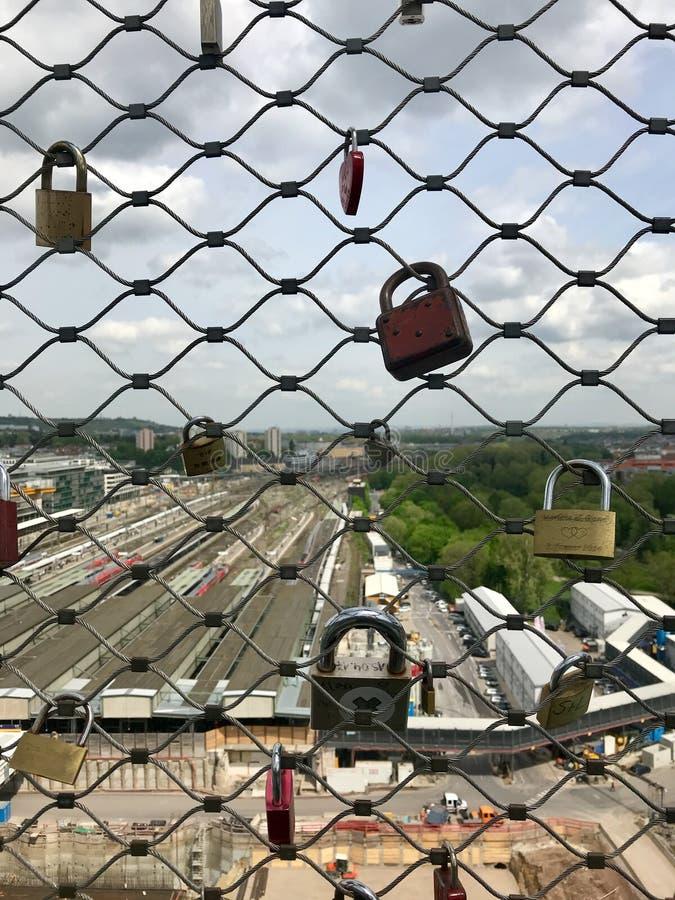 在建造场所爱锁在Stuttgart21铁路项目的斯图加特总台 免版税库存图片