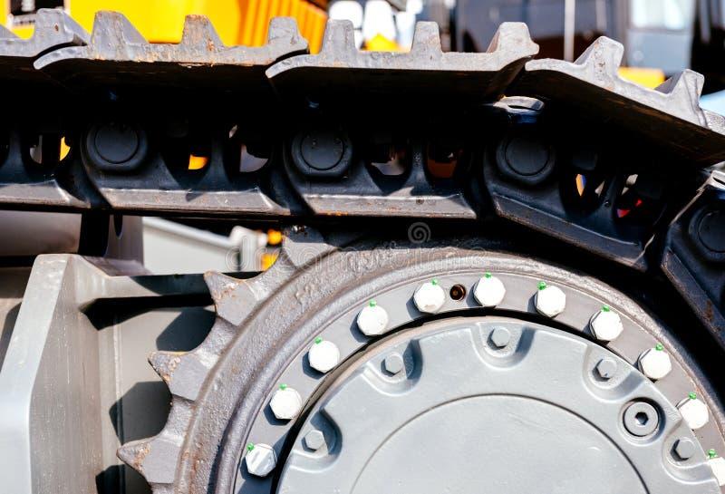 在建造场所的履带式拖拉机挖掘机 免版税库存图片