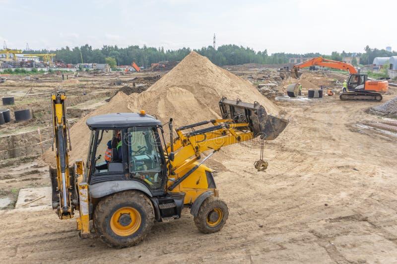 在建造场所的拖拉机 库存照片