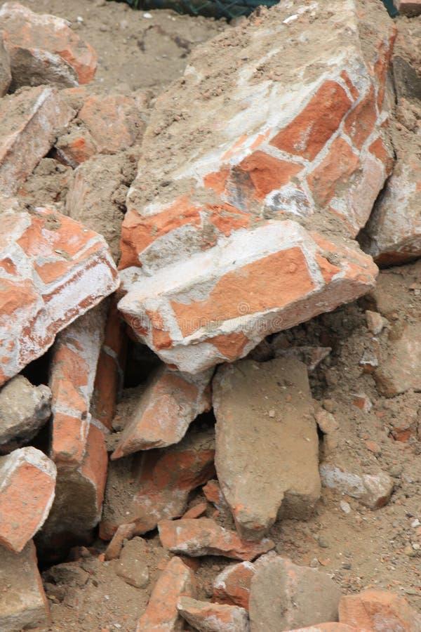 在建造场所的残破的砖 免版税库存照片