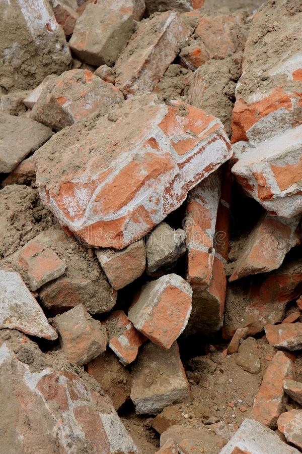在建造场所的残破的砖 免版税库存图片