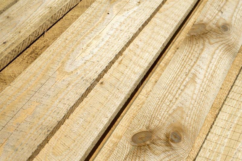 在建造场所的粗砺的被锯的苏格兰松树板堆 免版税库存图片