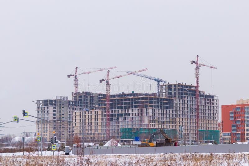 在建造场所的起重机 现代住宅复合体的建筑 莫斯科俄国 库存图片