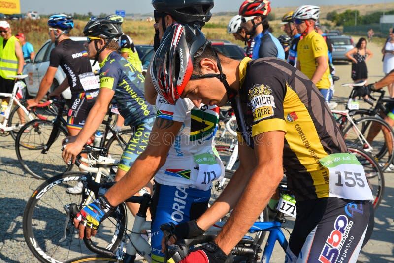 在开始前的公路赛骑自行车者 免版税库存图片