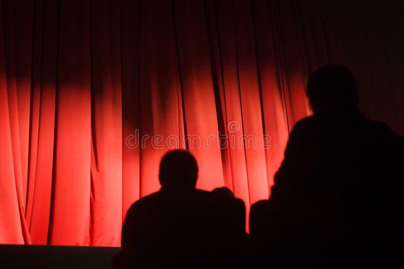 在开始的剧院等待的戏剧的观众 免版税图库摄影