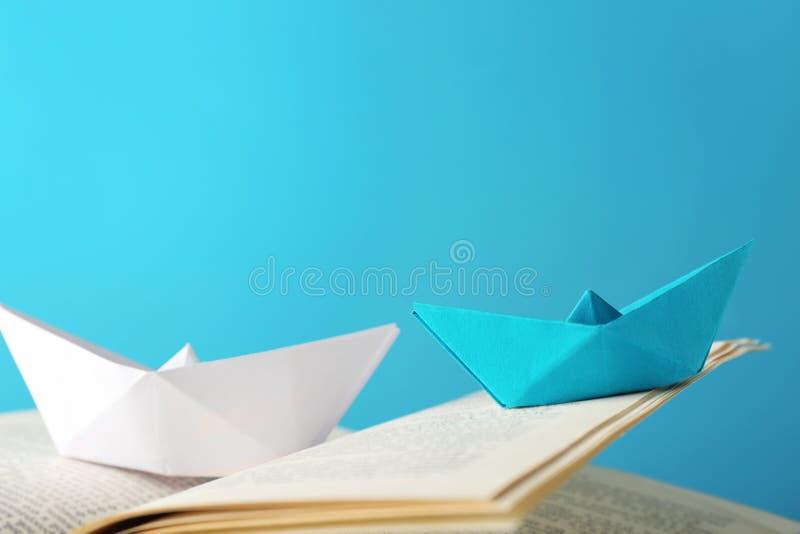 在开放书,特写镜头的Origami小船 库存照片