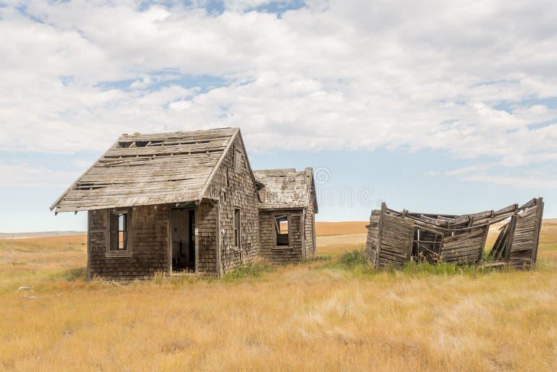 在开放大草原的老宅基大厦 免版税库存照片