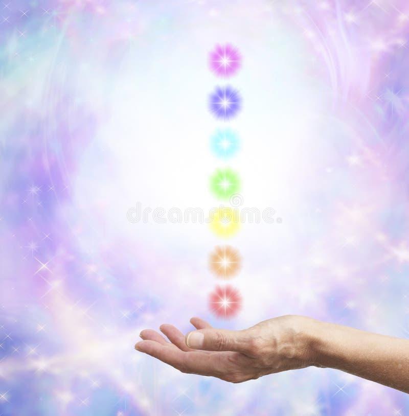 在开放手上举行chakra能量 库存照片