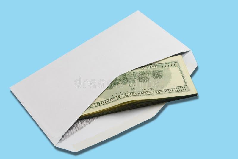 在开放白色邮政信封的美国美元在蓝色背景 免版税库存图片