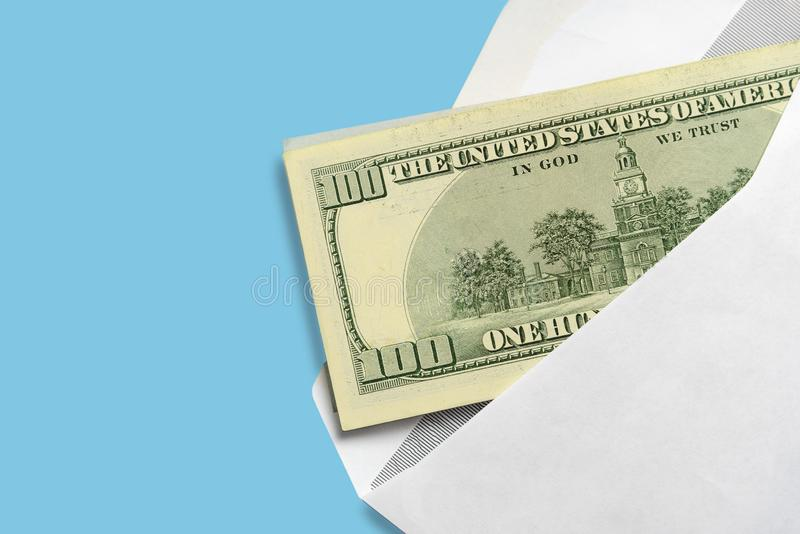 在开放白色邮政信封的美国美元在蓝色背景 免版税图库摄影