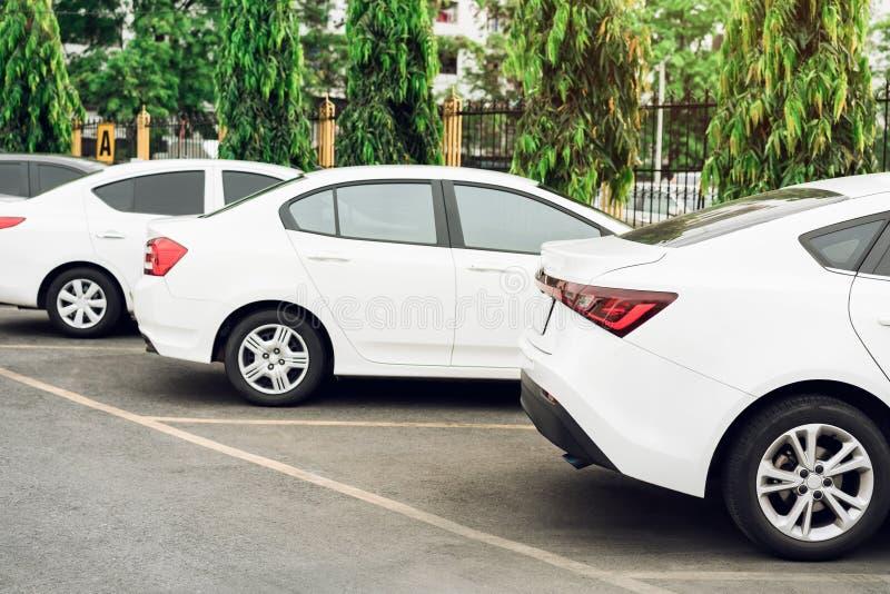 在开放的停车场和那里是一辆停放的汽车 有树  免版税库存图片