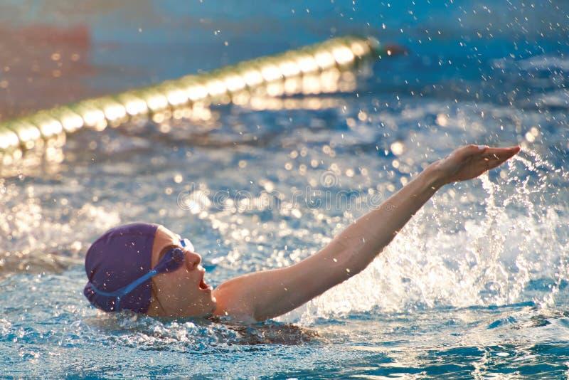 在开放水池的女子游泳 免版税图库摄影