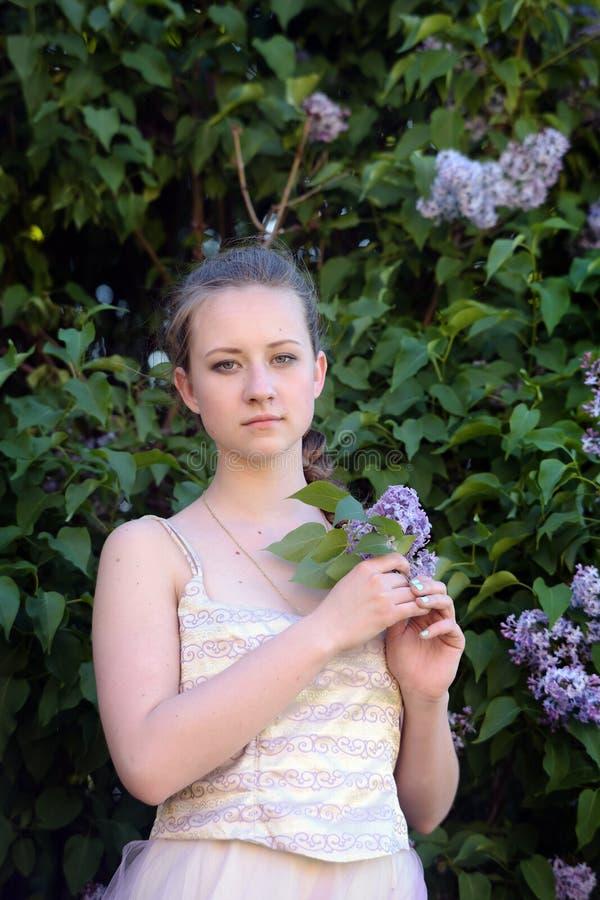 女孩棵身照片_夏天女孩在有蛇的公园 库存照片. 图片 包括有 夏天女孩在有蛇的 ...