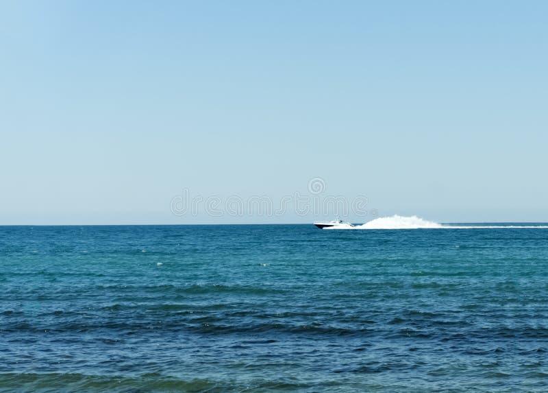 在开阔水域的海岸警备队白色速度游艇 图库摄影