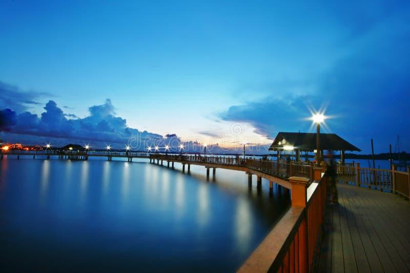 在异乎寻常的海岸地区的蓝色晚上 免版税图库摄影