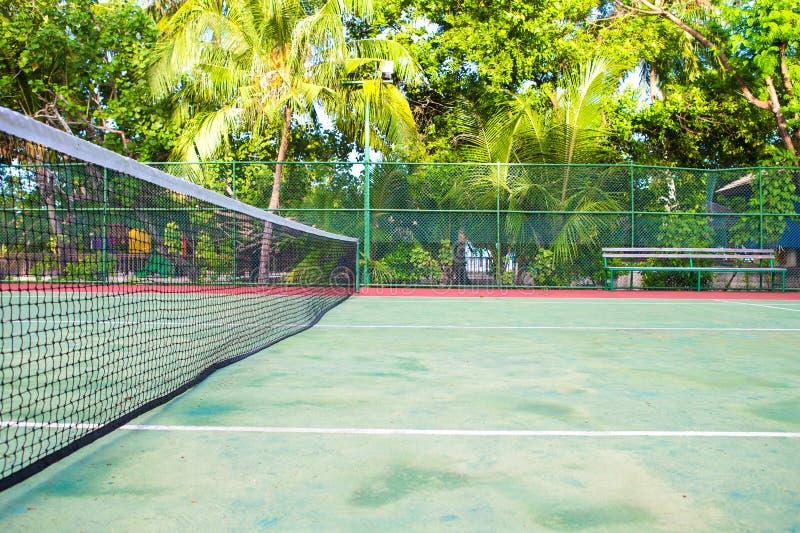 在异乎寻常的热带海岛-体育上的网球场 库存图片