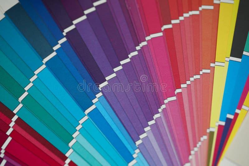 在异常的角度图的被打开的多色半圆样品调色板 免版税库存照片