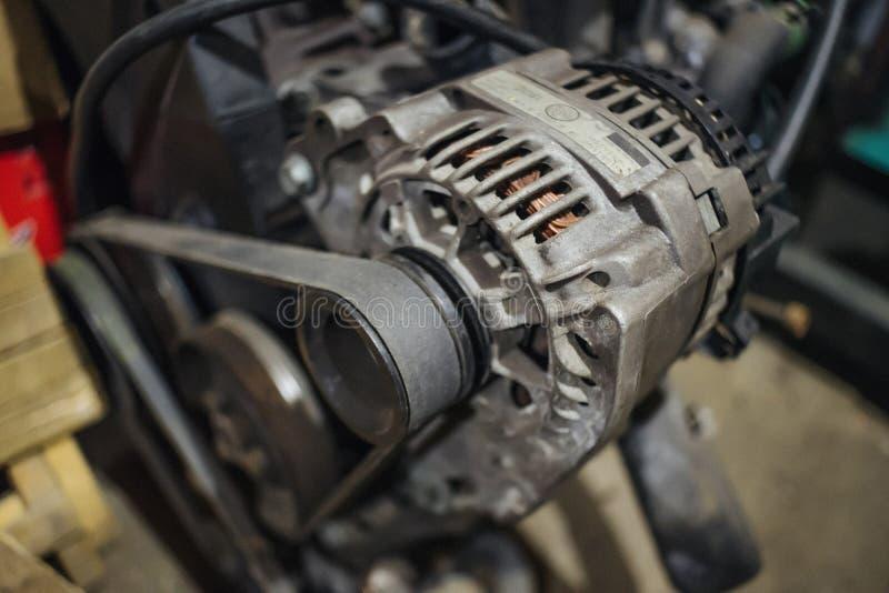 在引擎的脏的交流发电机 图库摄影