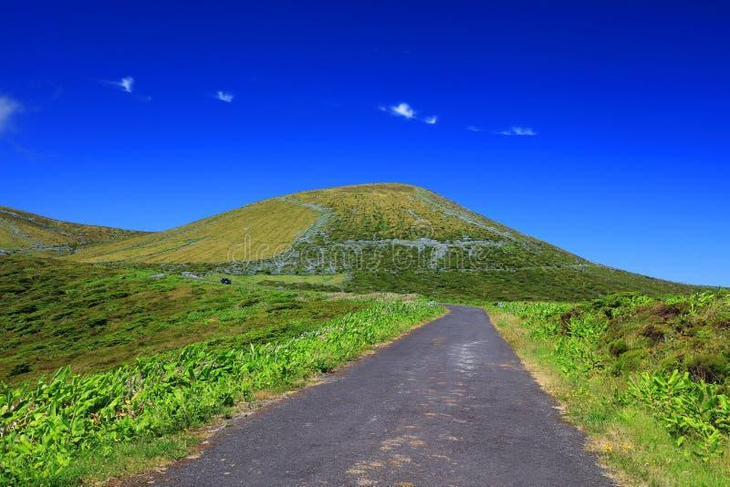 在弗洛雷斯岛的高山路在一个晴天 库存图片