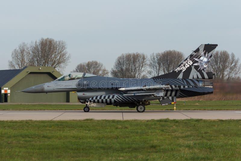 在弗里斯兰省人旗子execise的RBAF F-16战隼 免版税库存图片