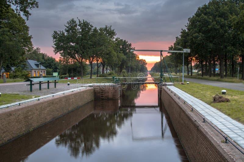 在弗里斯兰省人Turfroute的老运转的水闸 库存照片