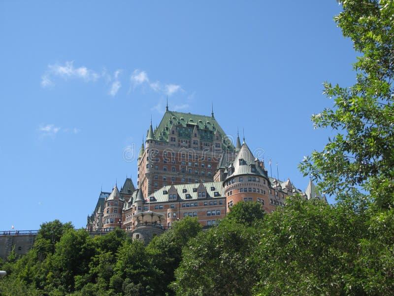 在弗龙特纳克城堡的Vue与树在魁北克市 库存照片