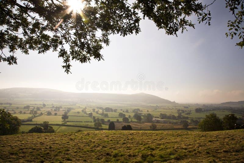 在弯曲处峰顶的清早薄雾 库存照片