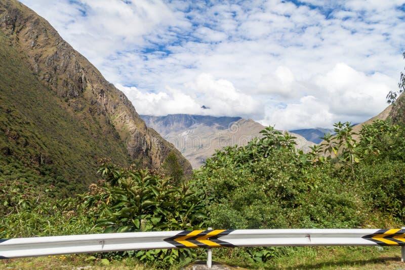 在弯曲道路的防撞护栏从Olllantaytambo到在阿布拉省马拉加通行证部分,Pe的Quillabamba 图库摄影
