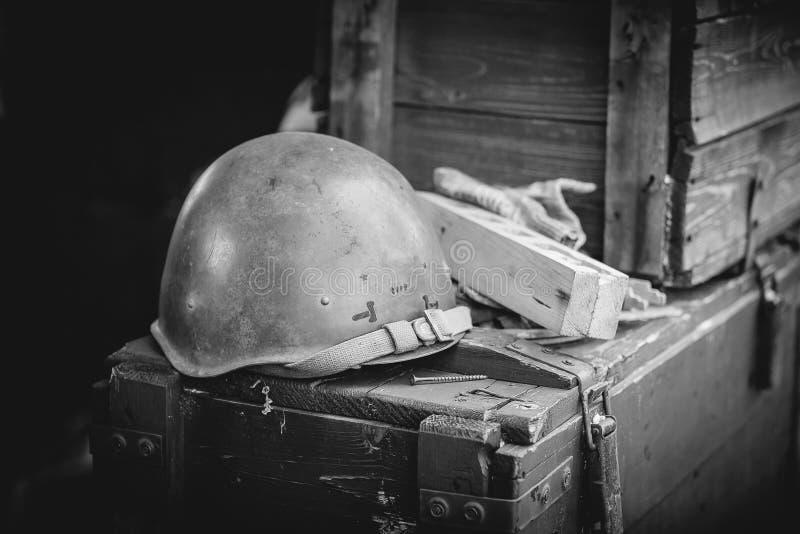 在弹药箱子的军事盔甲 免版税库存图片