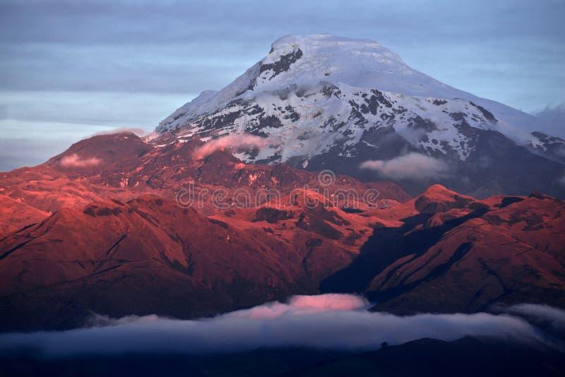 在强大火山Cayambe的日落在厄瓜多尔 免版税图库摄影