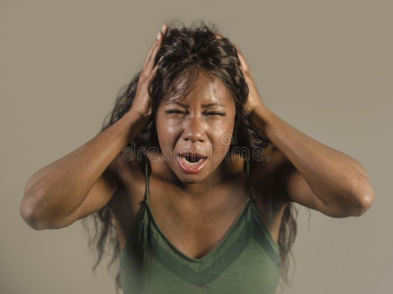 在强烈和剧烈的面孔注重和折磨的年轻疯狂的绝望和急切黑非裔美国人的妇女感觉明确 库存图片