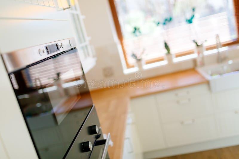 在当代内部的厨房器具 免版税库存图片