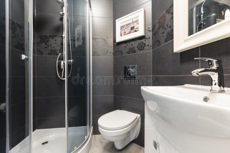 在当代洗手间的黑瓦片 免版税库存照片