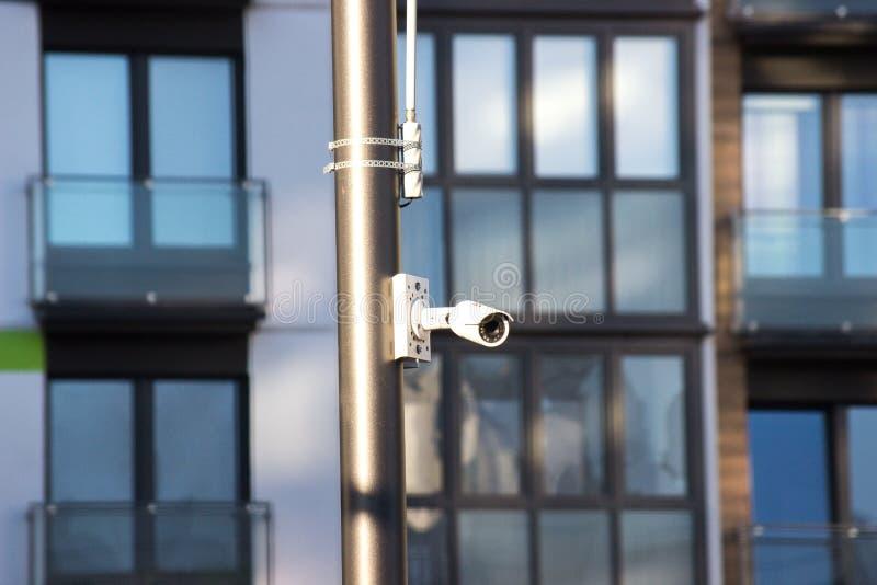 在录影监视的现代技术 与Wi-Fi发射机白色的室外监视器,固定在房子的一根杆 库存照片